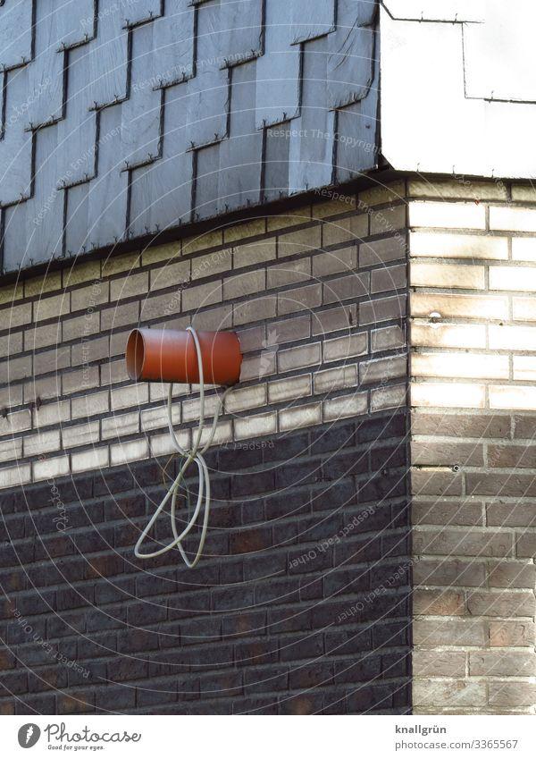 Hausecke Mauer Wand Backstein Röhren Kabel hängen dreckig Stadt braun grau weiß Häusliches Leben Schiefer Fassadenverkleidung Ecke Abluftrohr Farbfoto