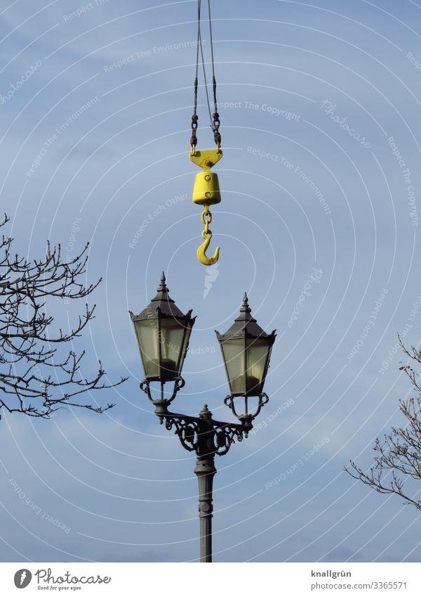 Die Sache hat einen Haken Himmel Wolken Winter Pflanze Baum Laternenpfahl Straßenbeleuchtung alt historisch hoch retro Stadt blau schwarz silber Ast Farbfoto