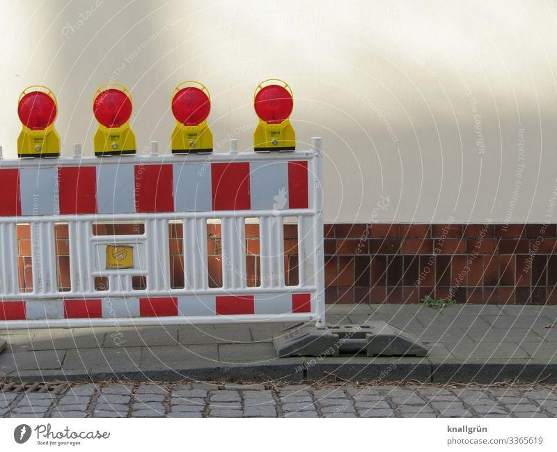 Baustellenabsperrung mit 4 roten Warnlampen auf einem Bürgersteig Absperrung rot-weiß gestreift Schutz Sicherheit Strukturen & Formen Muster Außenaufnahme grau