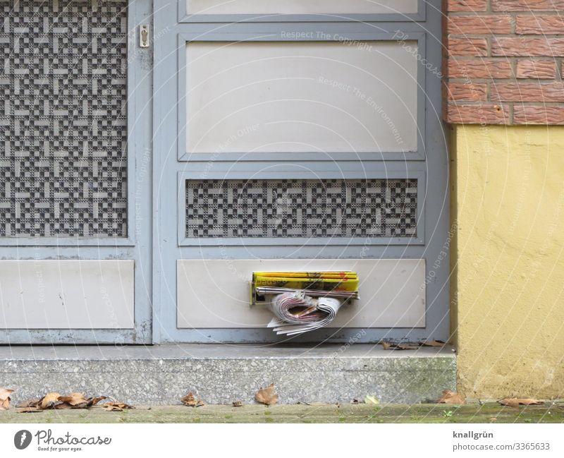 Samstagmittag Haus Mauer Wand Briefkasten Eingangstür Treppe Stadt braun gelb grau kaufen Kommunizieren Preisschild Werbung Prospekt Werbeprospekte Farbfoto
