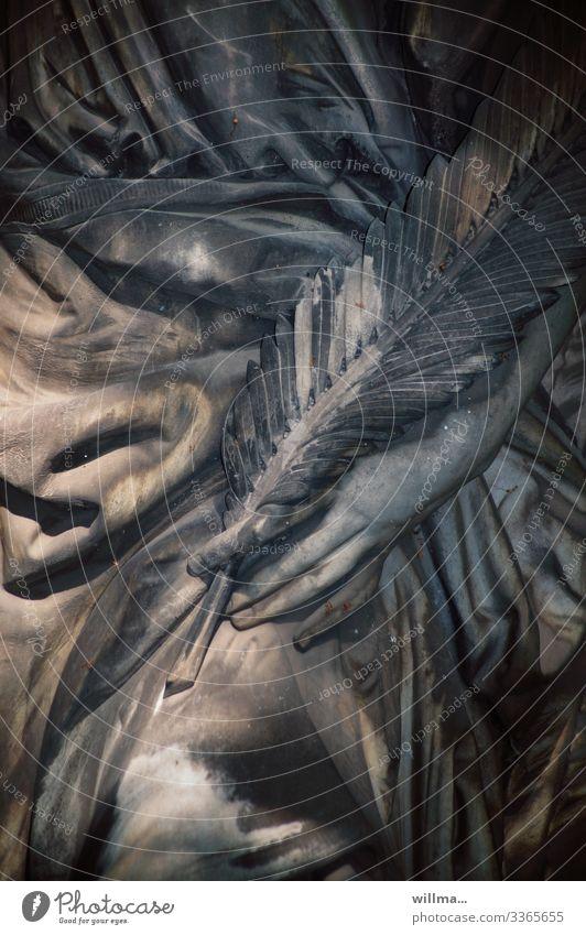 Detail einer Friedhofsstatue - Symbol für Suferstehung und Leben nach dem Tod Statue Stein Detailaufnahme Hand Feder Palmenzweig Palmenwedel Symbole & Metaphern