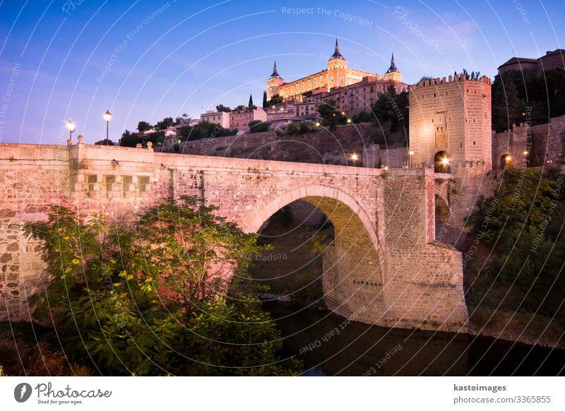 Das Stadtbild von Toledo Ferien & Urlaub & Reisen Tourismus Landschaft Erde Himmel Baum Hügel Fluss Palast Burg oder Schloss Brücke Gebäude Architektur Fassade