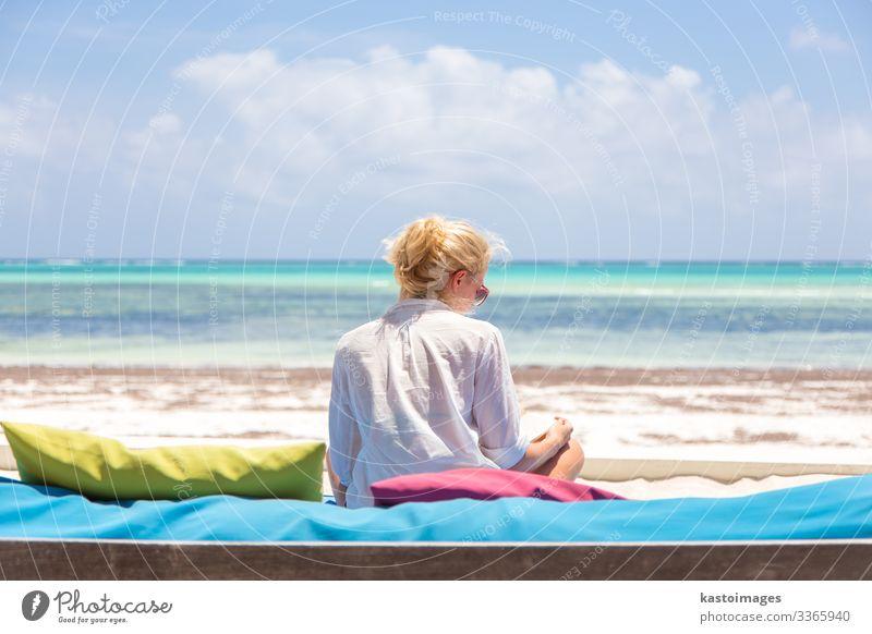 Entspannte Frau in Luxusliege genießt Sommerferien. Lifestyle Reichtum Freude Glück schön Wellness Leben Erholung Meditation Freizeit & Hobby lesen