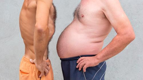 Zwei nackte Männer vergleichen Bauch Diät Bier Lifestyle Körper Wellness Sport Erfolg Mensch Mann Erwachsene Fitness dünn groß verlieren Übergewicht Taille