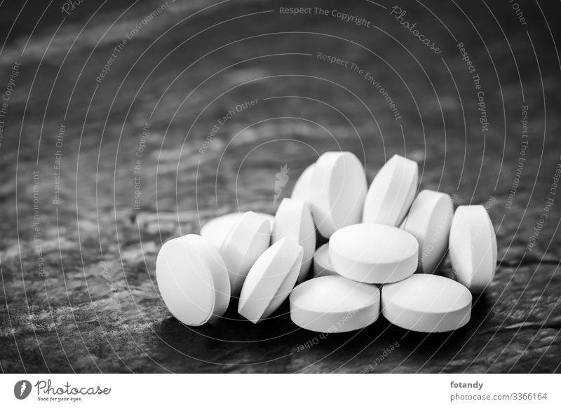 Accumulation of tablets on slate Gesundheit Rauschmittel Medikament Gesundheitswesen rund grau schwarz weiß Hintergrundbild Tablette Gruppe Hartkapsel gepresst