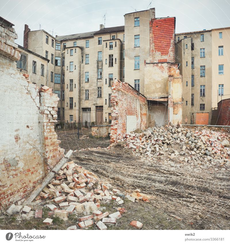 Second Hand Himmel Wolken Kleinstadt Stadtzentrum Menschenleer Haus Mauer Wand Fassade Fenster alt trashig trist Verfall Vergänglichkeit Zerstörung abrissreif