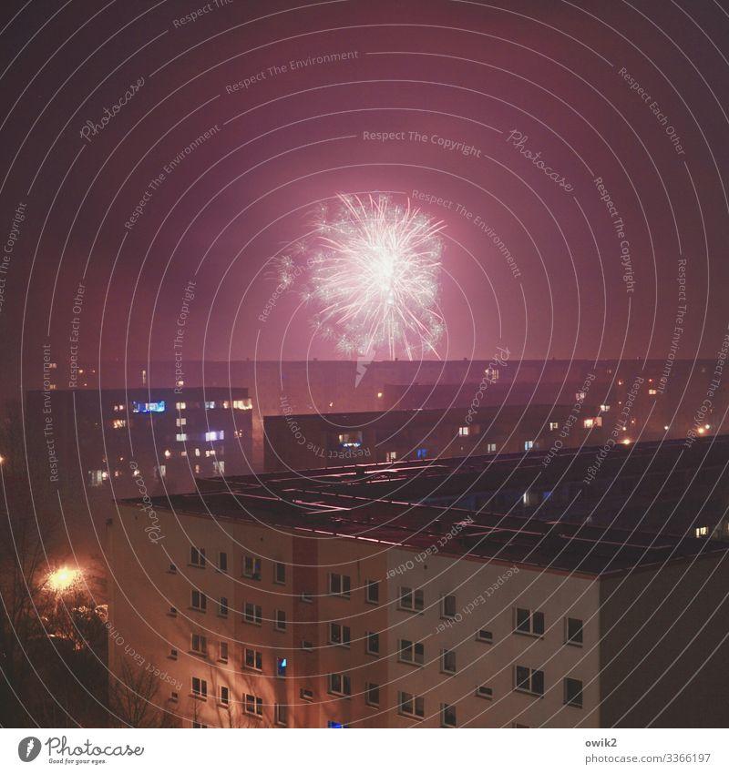 Häuserkampf Nachthimmel Bautzen Kleinstadt Stadtrand bevölkert Haus Hochhaus Gebäude Plattenbau Mauer Wand Fenster Dach Häuserschlucht leuchten Tradition