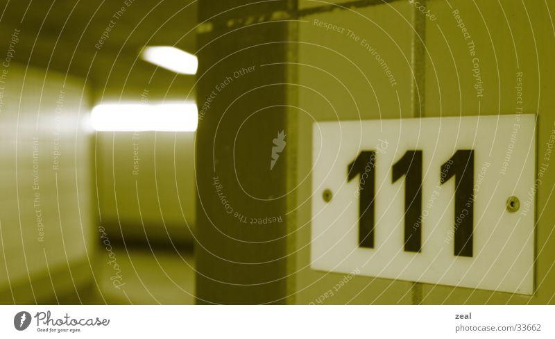 ::.. one-eleven ..:: Ziffern & Zahlen Tunnel Durchgang gelb Architektur Unterführung haussnummer 111 u.bahn