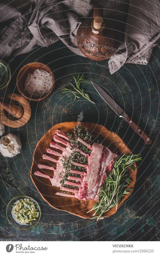 Rohe Lamm Racks mit frischem Rosmarin Lebensmittel Fleisch Kräuter & Gewürze Öl Ernährung Bioprodukte Geschirr Stil Häusliches Leben Restaurant Grill Design