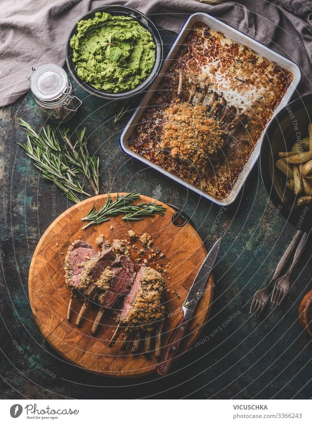 Medium rare Lamm Racks mit Erbsenpüree Lebensmittel Fleisch Ernährung Geschirr Stil Häusliches Leben Tisch Restaurant Ostern Design Tradition Essen zubereiten