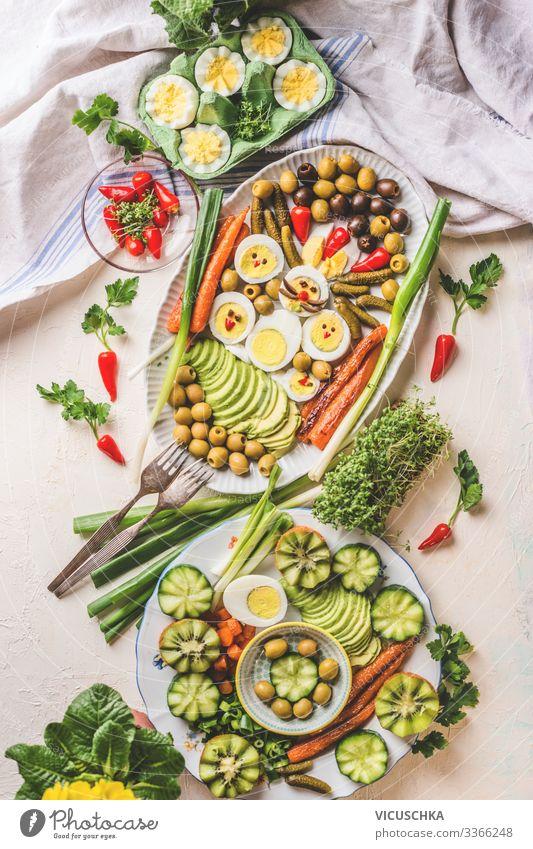 Ostern Essen mit Eier auf hellem Tisch Lebensmittel Ernährung Frühstück Mittagessen Büffet Brunch Festessen Bioprodukte Geschirr Teller Stil Gesunde Ernährung