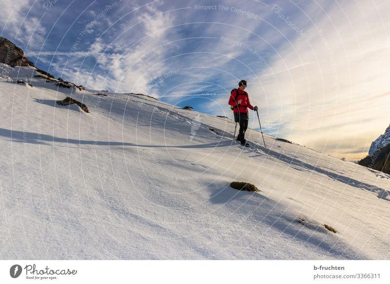 Winterwanderung Freizeit & Hobby Schnee Winterurlaub Berge u. Gebirge wandern Fitness Sport-Training Frau Erwachsene 1 Mensch Natur Landschaft Himmel Wolken