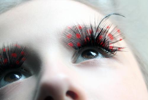 Lashes schön Kosmetik Schminke Wimperntusche Karneval Mädchen Junge Frau Jugendliche Auge 1 Mensch Schauspieler Show Kostüm brünett Vogel Blick exotisch rot