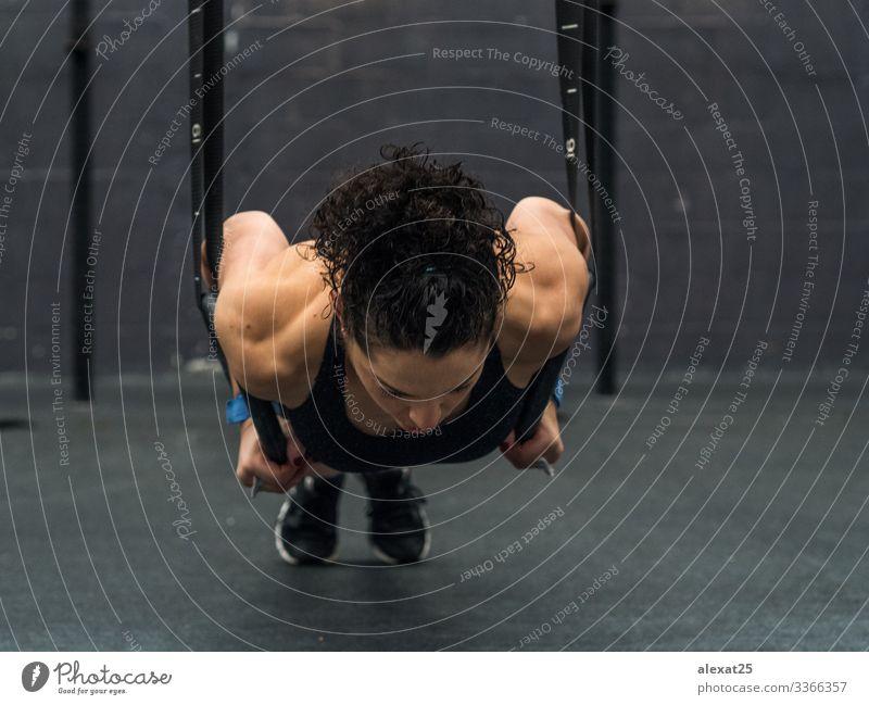 Übende Frau mit Turnringen in der Hand Lifestyle Körper Sport Mensch Erwachsene Fitness sportlich muskulös stark Kraft Athlet Boxer üben erschöpft passen