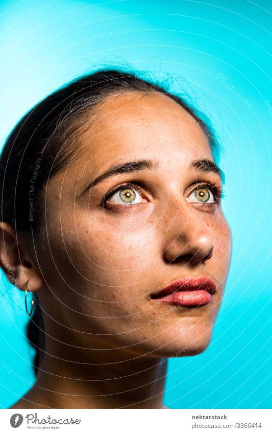 Schönheitsaufnahme einer Frau aus dem Nahen Osten mit hellen Augen haselnussbraune Augen Mädchen junger Erwachsener weibliche Schönheit schöne Frau