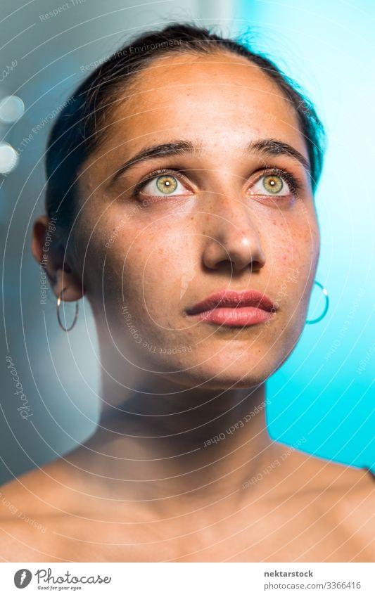Natürliche indische Schönheit mit hell gefärbten Augen haselnussbraune Augen Frau Mädchen junger Erwachsener weibliche Schönheit schöne Frau