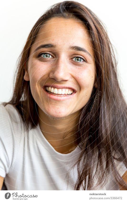 Porträt einer jungen Frau aus dem Nahen Osten mit einem großen Lächeln Mädchen junger Erwachsener Zahnfarbenes Lächeln Fröhlichkeit in die Kamera schauen