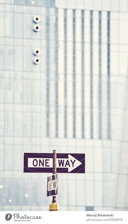 Einwegstraßenschild in New York City. Ferien & Urlaub & Reisen Ausflug Sightseeing Städtereise Stadt Gebäude Mauer Wand Verkehr Straße Verkehrszeichen