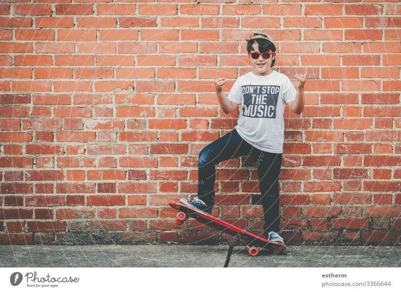 Kind mit Skateboard und Sonnenbrille Lifestyle Freude Freizeit & Hobby Freiheit Sommer Musik Sport Fitness Sport-Training Erfolg Mensch maskulin Junge Kindheit