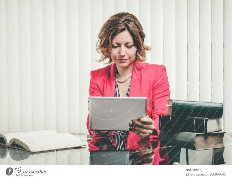 Junge erfolgreiche Geschäftsfrau Lifestyle Schreibtisch Arbeit & Erwerbstätigkeit Beruf Arbeitsplatz Büro Kapitalwirtschaft Business Karriere Erfolg sprechen