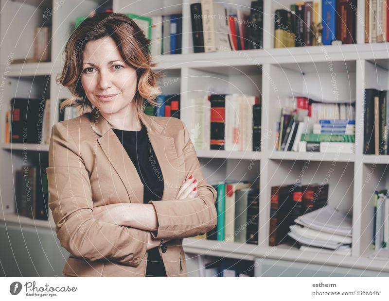 Porträt einer jungen Geschäftsfrau Lifestyle schön Schreibtisch Arbeit & Erwerbstätigkeit Beruf Arbeitsplatz Büro Kapitalwirtschaft Business Karriere Mensch