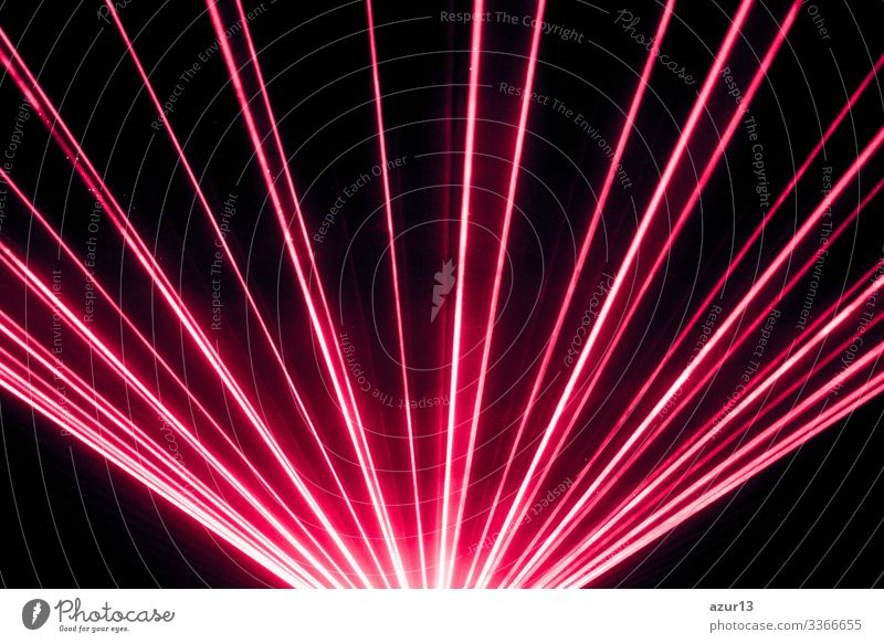 Rote Lasershow auf der Bühne eines Nachtclubs mit hellen, funkelnden Strahlen Party Club Nachtleben Silvester u. Neujahr Reichtum Veranstaltung Konzert
