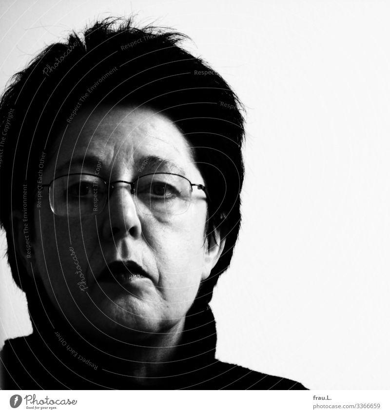 53 Mensch feminin Frau Erwachsene 1 45-60 Jahre Brille schwarzhaarig kurzhaarig beobachten Blick einzigartig skeptisch ernst Schwarzweißfoto Abend Porträt