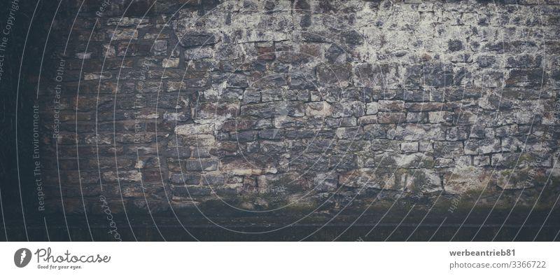 Nasse alte Sandsteinwand im Hintergrund Regen Gebäude Architektur Stein Beton dreckig dunkel historisch nass Steinwand Schaden formatfüllend verwittert