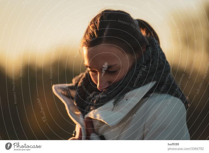 junge Frau in der Morgensonne im Winter Lifestyle elegant Stil Junge Frau Jugendliche Kopf Haare & Frisuren Gesicht 1 Mensch 18-30 Jahre Erwachsene Mantel Stoff