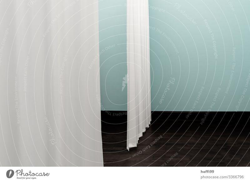 zwei Vorhänge im Raum vor türkis farbiger Wand Museum Bühne Gebäude Mauer Vorhang Bühnenbild ästhetisch einfach elegant schön kalt weich blau schwarz weiß
