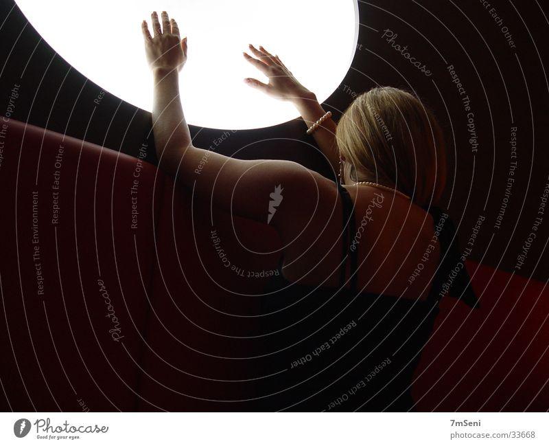 Frau & Kreis II Licht Langzeitbelichtung Hand Schulter Mond