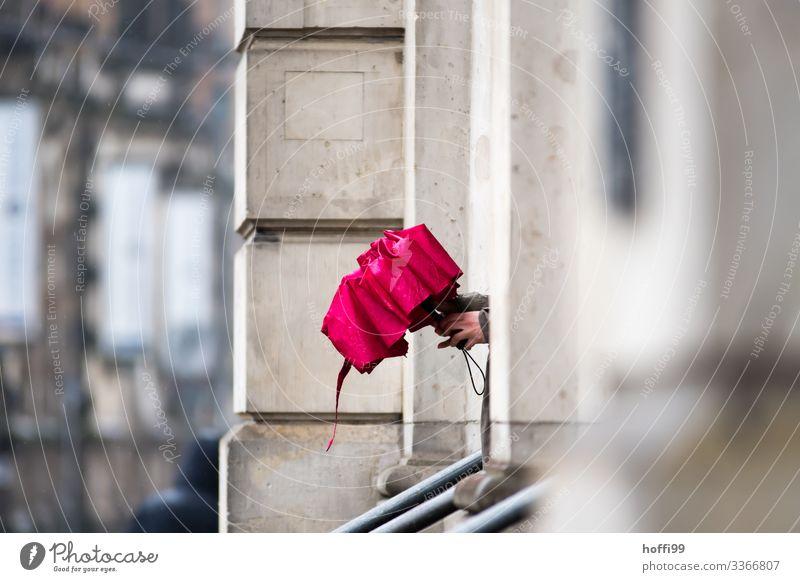 roter Regenschirm Mensch Hand 1 schlechtes Wetter Gebäude Villa Mauer Wand Fassade Geländer warten frisch nass natürlich Gelassenheit Selbstbeherrschung