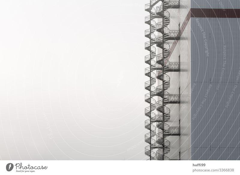 Notausgang Industrie Himmel Herbst Winter Schönes Wetter Nebel Industrieanlage Lagerschuppen Lagerhalle Treppe Fassade Wendeltreppe ästhetisch authentisch