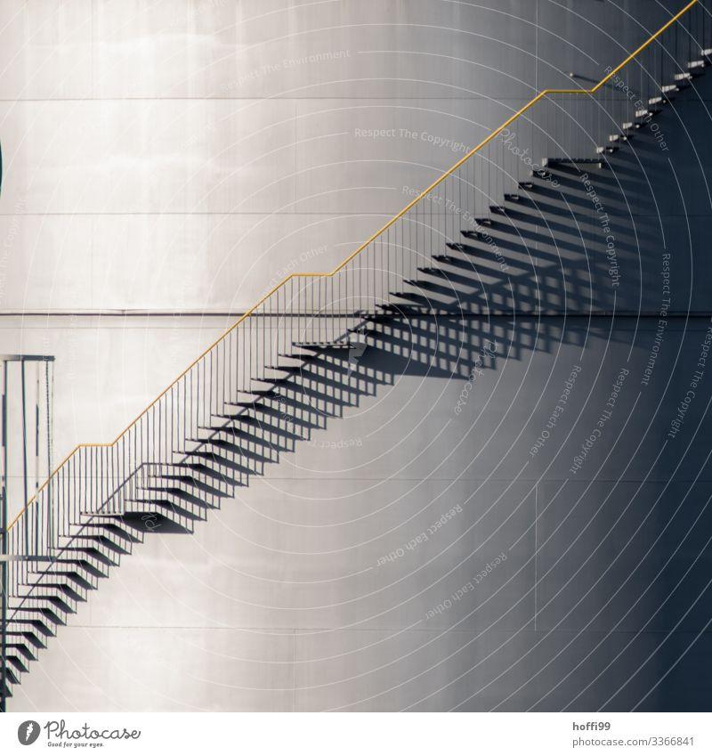 Treppe&Schatten am Tank Energiewirtschaft Gasometer Industrieanlage Hafen Architektur Silo Fassade Öltank Gastank Treppengeländer Notausgang Treppenturm elegant