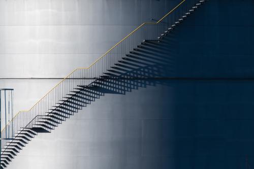 Licht&Schatten Energiewirtschaft Industrie Industrieanlage Hafen Tank Lager Lagerhalle Mauer Wand Treppe Fassade Gastank Öltank Treppengeländer Stahl ästhetisch