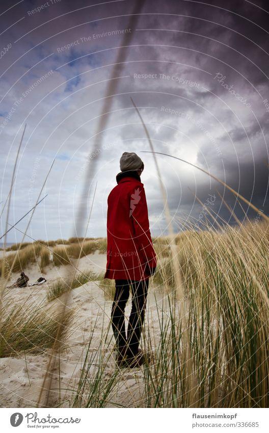 der Wind treibt Regen ... Mensch Kind Himmel Natur Jugendliche rot Landschaft Wolken Junge Frau Erwachsene dunkel feminin Frühling 18-30 Jahre Küste Sand