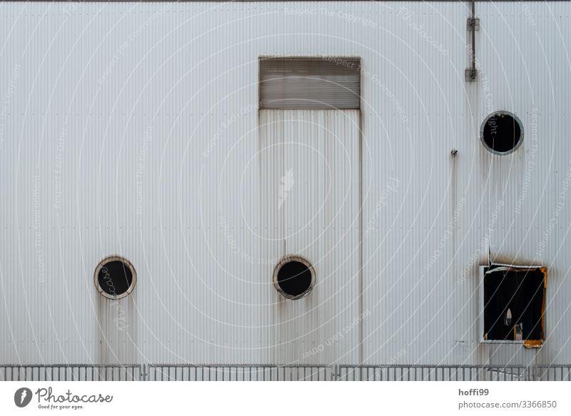 Industriefassade nach gelöschtem Brand Industrielandschaft trist Industriebetrieb industriell Lüftungsklappen Außenaufnahme Fabrik Zeitspuren Lagerhalle