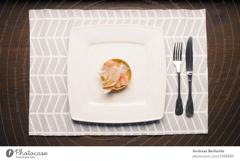 Verpackungsmüll auf einem Teller Ernährung Besteck Umwelt Kunststoffverpackung trashig Umweltverschmutzung Umweltschutz symbolic conceptual pollution