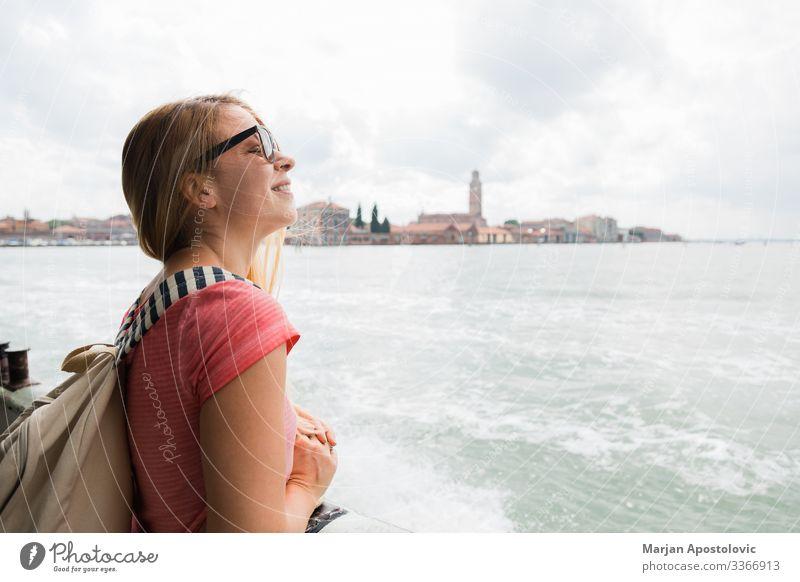 Junge Frau auf dem Ausflugsschiff in Venedig, Italien Lifestyle Ferien & Urlaub & Reisen Tourismus Sightseeing Städtereise Kreuzfahrt feminin Jugendliche
