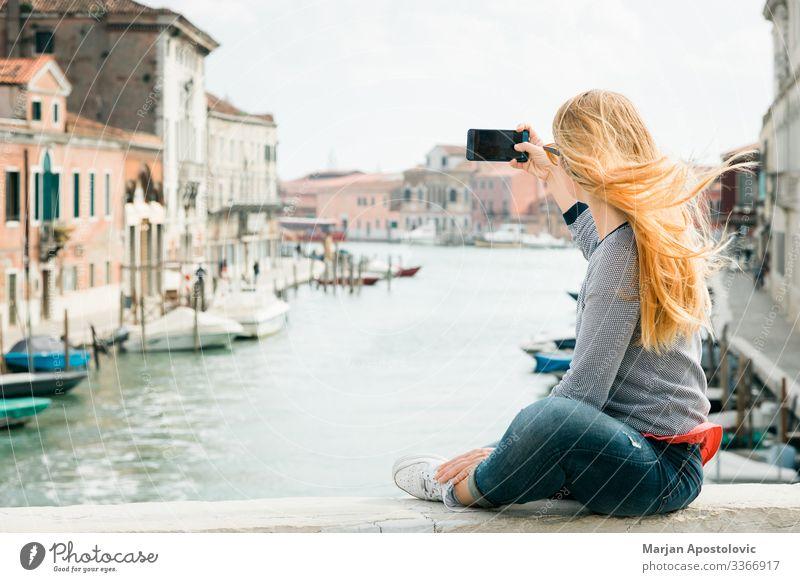 Junge Frau bei einem Selbstmord auf der Brücke in Venedig Lifestyle Ferien & Urlaub & Reisen Tourismus Ausflug Sightseeing Städtereise Handy Fotokamera feminin