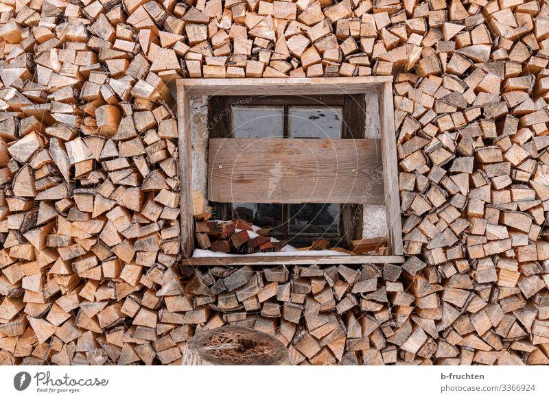 Brennholz Vorrat Häusliches Leben Haus Hütte Fenster Holz Berghütte Stapel Ordnung Farbfoto Außenaufnahme Menschenleer Tag
