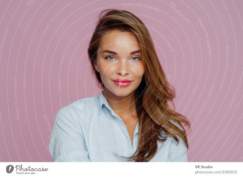 Kopfschuss einer schönen europäischen Dame Haut Gesicht Kosmetik Schminke Zufriedenheit Mensch feminin Frau Erwachsene Lippen Hand Hemd stehen frisch natürlich