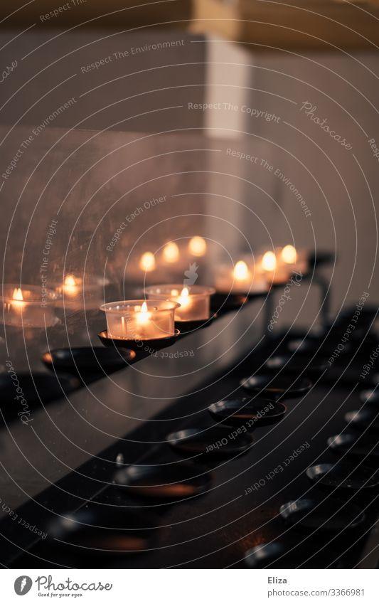 Kerzen in der Kirche Andenken Erinnerung Gedenken Religion & Glaube Kerzenschein Trauer Licht Christentum brennen leuchten beten