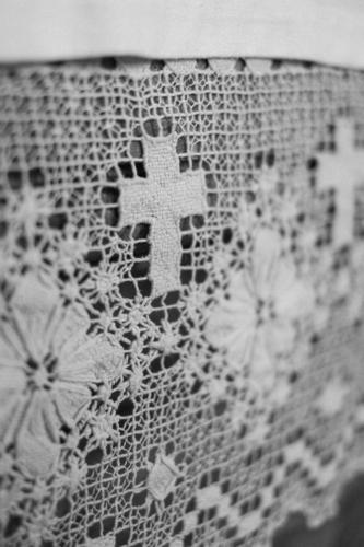Eine weiße Häkeldecke mit Blumen und Kruzifix/Kreuz Verzierungen und Muster in der Kirche gehäkelt zierdecke Zierdeckchen Ornament Religion & Glaube