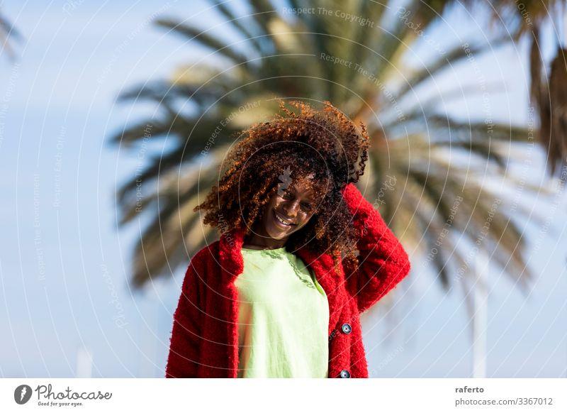 Porträt einer schönen Afro-Frau, die auf der Straße steht Lifestyle Glück Gesicht Ferien & Urlaub & Reisen Mensch feminin Junge Frau Jugendliche Erwachsene 1