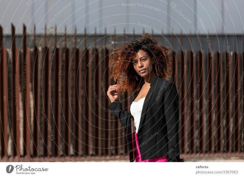 schöne Afro-Frau, die an einem sonnigen Tag auf der Straße steht Lifestyle Glück Gesicht Ferien & Urlaub & Reisen Mensch feminin Junge Frau Jugendliche