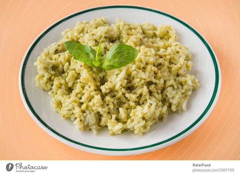 Grüner Reis typisches Lebensmittel ecuatorian Mittagessen Vegetarische Ernährung Teller Tradition Basilikum brauner Hintergrund kochen & garen Koriander