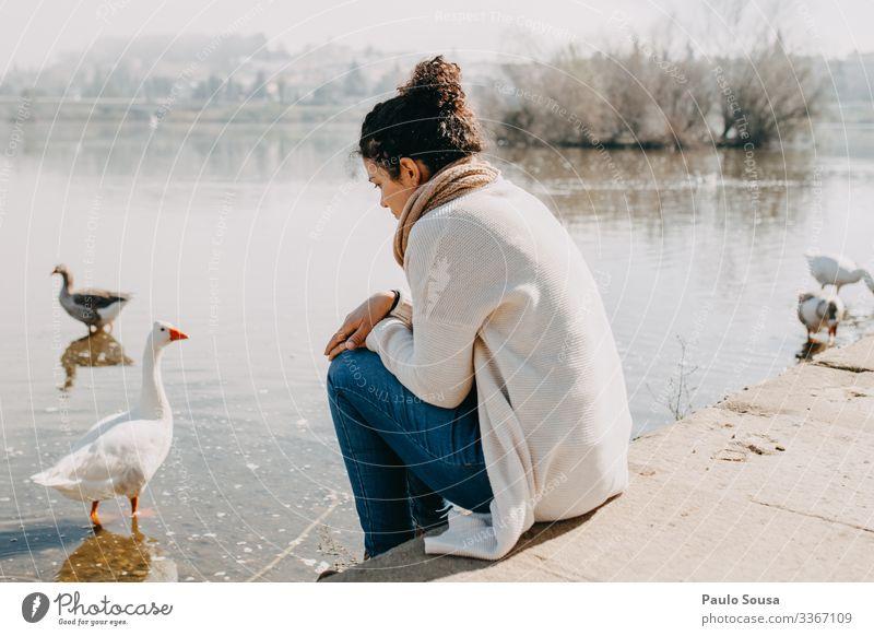 Frau denkt am Fluss Lifestyle Mensch feminin 1 18-30 Jahre Jugendliche Erwachsene Umwelt Natur See beobachten Denken Ferien & Urlaub & Reisen träumen