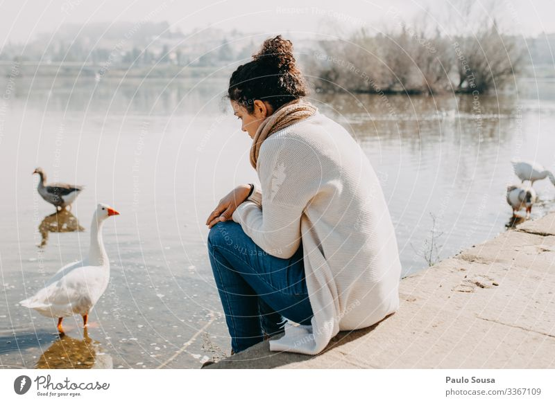 Mensch Ferien & Urlaub & Reisen Natur Jugendliche Einsamkeit ruhig 18-30 Jahre Lifestyle Erwachsene Umwelt Traurigkeit feminin Gefühle See Denken träumen