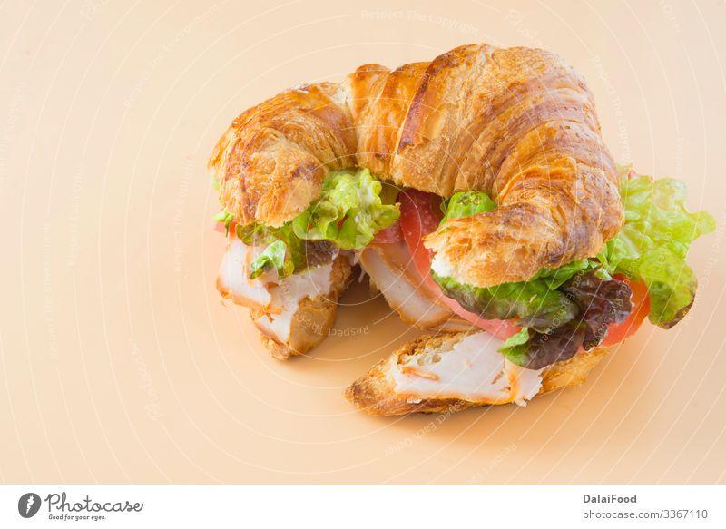 Sandwich mit Croissant aus Salat, Tomate und geräuchertem Truthahn Brot Tradition Lebensmittel Schinken panini panino Pavo Schweinefleisch Belegtes Brot